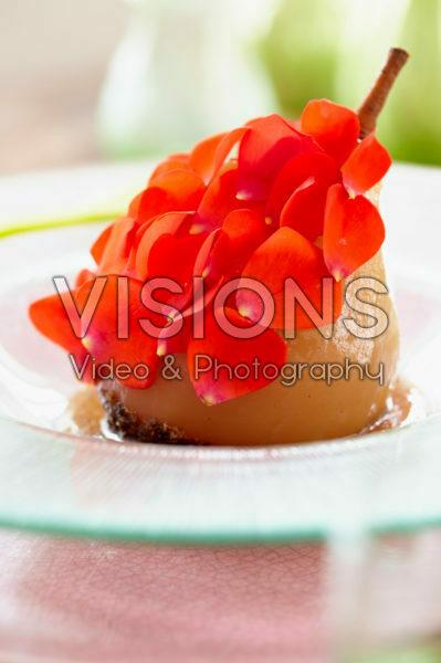 Gepocheerde peer met rozenblaadjes